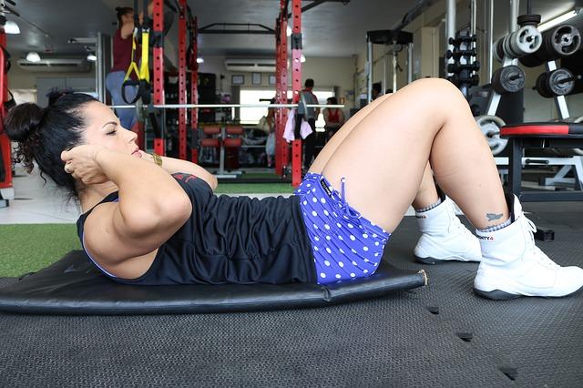 ćwiczenia na brzuch na siłowni